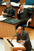 """15.04.1999, Deutschland/Bonn:<br /> Joschka Fischer, B90/Grüne, Bundesaußenminister, und Gerhard Schröder, SPD, Bundeskanzler, während der Rede von Gregor Gysi, PDS Fraktionsvorsitzender, Debatte zur Regierungserklärung """"Aktuelle Lage im Kosovo"""" Deutschen Bundestag, Bonn<br /> IMAGE: 19990415-01/03-33<br /> KEYWORDS: Gerhard Schroeder"""