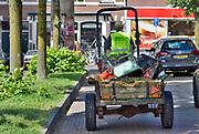 Nederland, Arnhem, 22-5-2014Personeel van het groenteam van hoeve, zorghoeve, Klein Mariendaal verzorgen het groen in de wijk Lombok .  Vanuit de boerderij biedt de Hoeve een  werkplek en ervaringsplek aan mensen die ondersteuning nodig hebben.Ze begeleiden een heel diverse groep deelnemers zoals jongeren en volwassenen met een psychische problematiek, verstandelijke beperking, NAH en autisme, mensen met dementie en kinderen met een ondersteuningsvraag. Ze hebben diverse werkgebieden: tuinderij, dierverzorging, horeca, groenonderhoud, klussen en creatieve activiteiten. Deze mensen hebben een geestelijke beperking en daardoor een afstand tot de arbeidsmarkt . Ze komen naar de Hoeve om er een dagbesteding te hebben . Foto: Flip Franssen