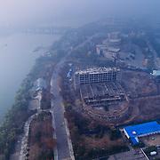 L'hôtel Yanggkado est construit sur une île, Alcatraz qui ne porte pas son nom. Au pied de l'hôtel, ce qui ressemble à une ruine de guerre est un SPA en construction. Juste derrière, c'est le Palais qui accueille le festival du cinéma de Pyongyang, qui a lieu tous les deux ans, et dont l'architecture semble avoir été inspirée par le palais des festivals de Cannes