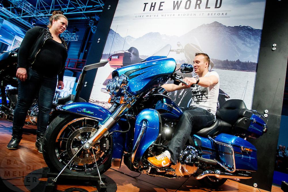 Een motorliefhebber zit op een Harley-Davidson. In Utrecht vindt voor de 30e keer de Motorbeurs plaats. De jaarlijkse beurs trekt altijd veel bezoekers die op de nieuwe modellen motoren kunnen zitten. Daarnaast is er ook veel aandacht voor de accessoires. De motorrijder vergrijst, de gemiddelde leeftijd ligt boven de 45, in 2000 was dat nog 39.<br /> <br /> In Utrecht the 30th  Motorbeurs takes place. The annual trade event, always attracts many visitors who can try the new models. There is also a lot of attention to accessories. The motorcyclist ages, the average age is over 45, in 2000 it was 39.