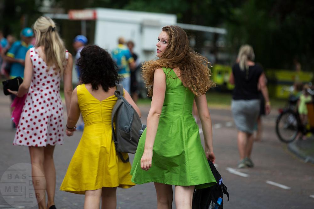 Rondemissen in een bolletjesjurk, een groene jurk en een gele jurk zijn op weg naar de start. In Utrecht vindt met de presentatie van de renners het eerste officiële deel plaats van de Grand Depart. Op 4 juli start de Tour de France in Utrecht met een tijdrit. De dag daarna vertrekken de wielrenners vanuit de Domstad richting Zeeland. Het is voor het eerst dat de Tour in Utrecht start.<br /> <br /> Three women in a polka dot dress, a green dress and a yellow dress are on their way to the start. In Utrecht the riders present themselves as the first official moment of the Grand Depart . On July 4 the Tour de France starts in Utrecht with a time trial. The next day the riders depart from the cathedral city direction Zealand. It is the first time that the Tour starts in Utrecht.