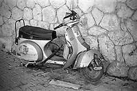Kroatia 2012-06.<br /> Om eieren av denne mopeden er redd for springflo siden den er forankret på land vites ikke.<br /> Foto: Svein Ove Ekornesvåg