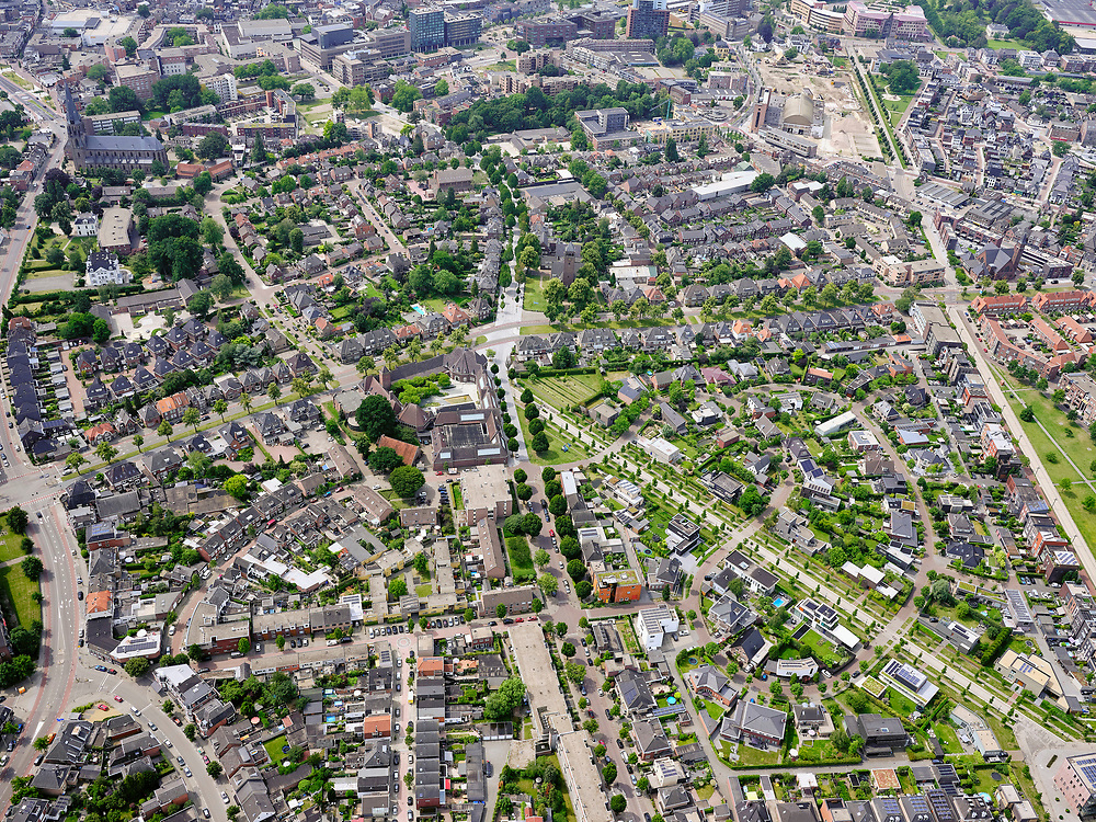 Nederland, Overijssel, Gemeente Enschede; 21–06-2020; overzicht van de woonwijk Roombeek, herbouwd na de vuurwerkramp (S.E. Fireworks). <br /> Diagonaal de Museumlaan (een van de drie assen van Roombeek) richting Rijksmuseum Twenthe (midden van de foto).<br /> Overview of the residential area of Roombeek, rebuilt after the fireworks disaster (S.E. Fireworks).<br /> <br /> luchtfoto (toeslag op standard tarieven);<br /> aerial photo (additional fee required)<br /> copyright © 2020 foto/photo Siebe Swart