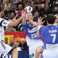 Kiel, 23.12.14, Sport, Handball, Bundesliga, Saison 2014/15, 19. Spieltag, THW Kiel - HSV Handball : Pascal Hens (HSV Handball, #23) spielt an den Kreis zu Matthias Flohr (HSV Handball, #7)<br /> <br /> Foto © P-I-X.org *** Foto ist honorarpflichtig! *** Auf Anfrage in hoeherer Qualitaet/Aufloesung. Belegexemplar erbeten. Veroeffentlichung ausschliesslich fuer journalistisch-publizistische Zwecke. For editorial use only.