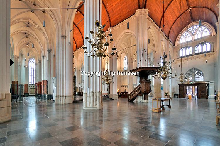 Nederland, Nijmegen, 25-10-2020 Interieur van de Stevenskerk . In deze coronatijd mogen er 30 bezoekers met verplichte mondkapjes in de kerk.  Het onlangs gerestaureerde König-orge is een van de bezienswaardighedenl.  De kerk heeft onlangs nieuwe, moderne led verlichting gekregen wardoor het houten plafond goed zichtbaar is geworden.Foto: ANP/ Hollandse Hoogte/ Flip Franssen