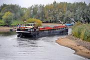 Nederland, Doesburg, 29-9-2009Laagwater in de oude ijssel bij de sluis en stuw van Doesburg. Een leeg binnenvaartschip kan nog maar net de ijssel opvaren . Foto: Flip Franssen