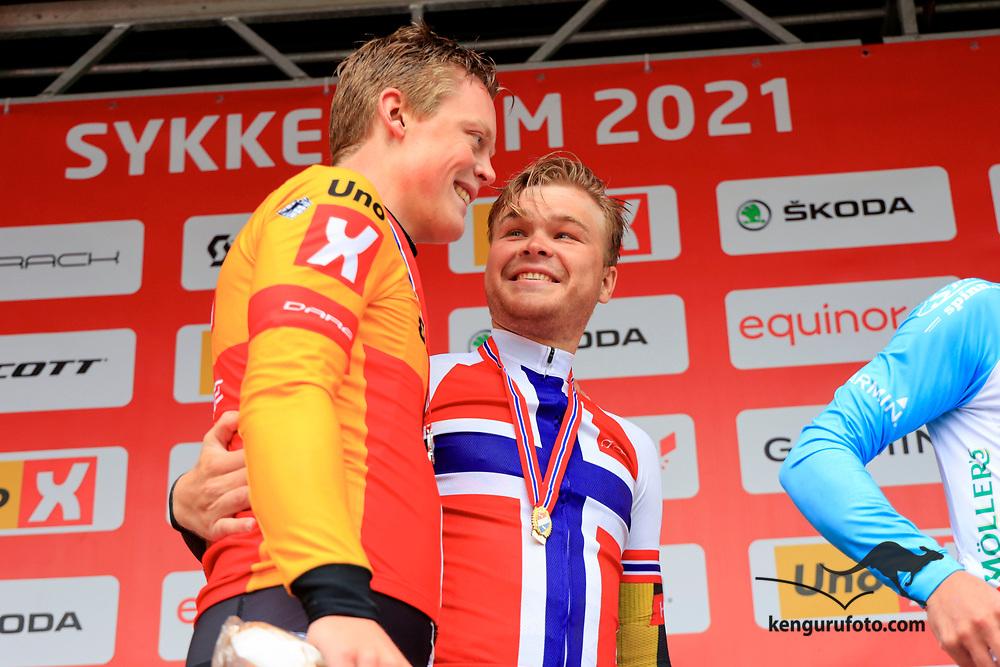 Tobias Svendsen Foss vant herrenes elite klasse under NM på sykkel 2021 i Kristiansand. Anders Skaarseth til venstre som tok andre plassen.