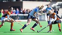 AMSTELVEEN - HOCKEY - Sabine van Silfhout van Hurley  met Lisa Scheerlinck (r) en Pia Oldhafer (l)  tijdens de hoofdklasse hockeywedstrijd tussen de vrouwen van Hurley en Oranje-Zwart.  COPYRIGHT KOEN SUYK