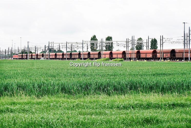 Nederland, Bemmel, 28-5-2019Een goederentrein rijdt over de betuwelijn naar Rotterdam . De locomotief is van de DB, Deutsche Bahn, de duitse spoorwegen . Foto: Flip Franssen