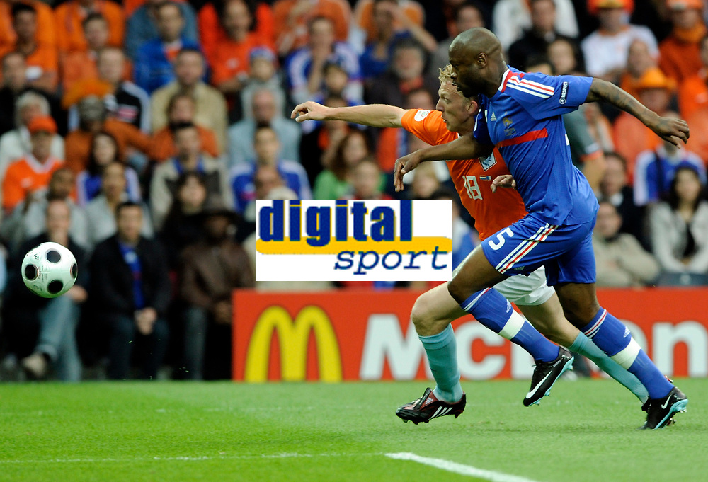 Dirk Kuyt (NED) gegen William Gallas (FRA). © Manu Friederich/EQ Images