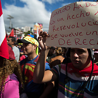 Large crowds demonstrated against Juan Orlando Hernández and electoral fraud. The banner reads: when 'dictatorship is a reality, revolution is a right'.