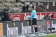 Fussball: 2. Bundesliga, FC St. Pauli - Hamburger SV, Hamburg, 01.03.2021<br /> Videobeweis: Schiedsrichter Deniz Aytekin prüft auf einem Monitor eine Elfmeterszene<br /> © Torsten Helmke