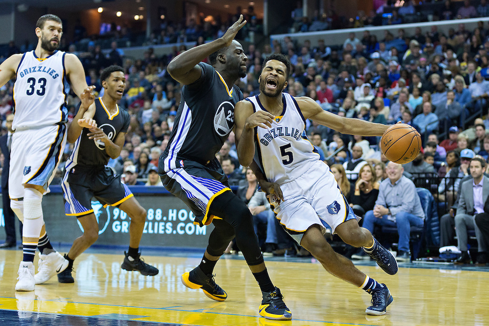 MEMPHIS, TN - DECEMBER 10:  Andrew Harrison #5 of the Memphis Grizzlies drives to the basket against Draymond Green #23 of the Golden State Warriors at the FedExForum on December 10, 2016 in Memphis, Tennessee.  The Grizzlies defeated the Warriors 110-89.  NOTE TO USER: User expressly acknowledges and agrees that, by downloading and or using this photograph, User is consenting to the terms and conditions of the Getty Images License Agreement.  (Photo by Wesley Hitt/Getty Images) *** Local Caption *** Andrew Harrison; Draymond Green
