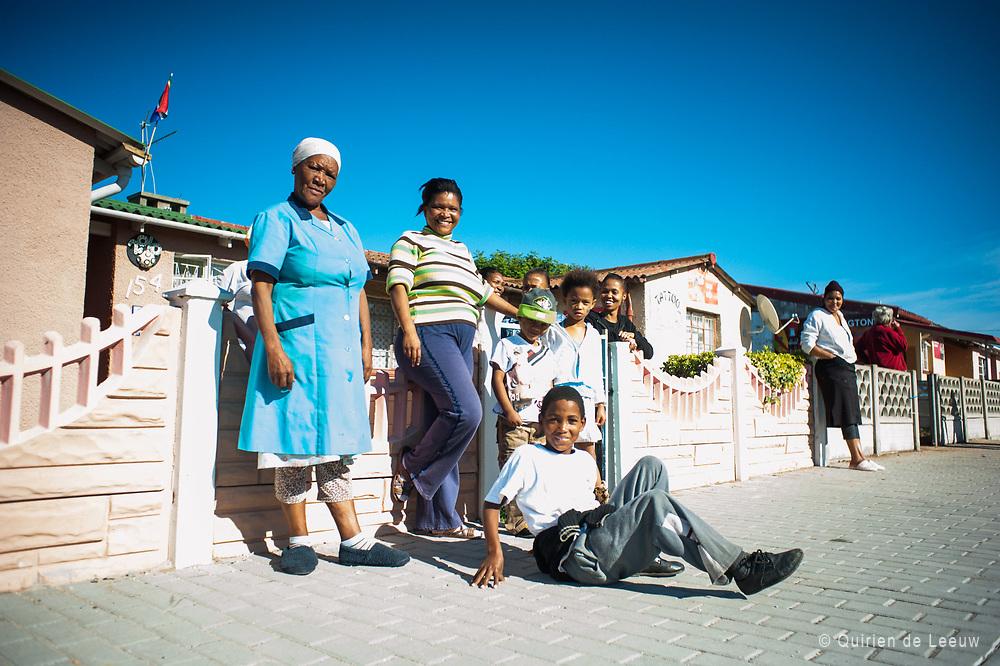 Een Zuid Afrikaanse familie poseert voor hun huis, Port Elizabeth