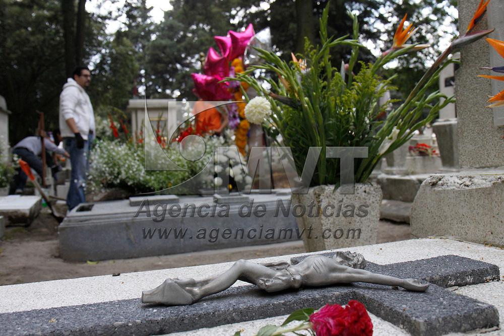 TOLUCA, México.- Miles de personas acudieron a los principales panteones de la ciudad a limpiar las tumbas de sus seres queridos y adornarlas, como parte de la celebración del Día de Muertos, algunos que no acostumbran velar acompañan a  sus muertos por algunas horas durante el día. Agencia MVT / Crisanta Espinosa. (DIGITAL)