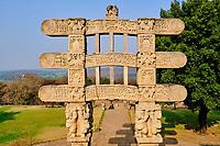 Inde, état du Madhya Pradesh, Sanchi, monuments bouddhiques classés Patrimoine mondial de l'UNESCO, le grand stupa, porte Ouest // India, Madhya Pradesh state, Sanchi, Buddhist monuments listed as World Heritage by UNESCO, the main stupa a 2200 year old Buddhist monument built by Emperor Ashoka, Unesco World Heritage, West door