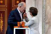 AMSTERDAM, 04-06-2021, Paleis op de Dam<br /> <br /> Prinses Beatrix der Nederlanden reikt in het Koninklijk Paleis Amsterdam de Zilveren Anjers van het Prins Bernhard Cultuurfonds uit. Zowel de laureaten van 2021 als die van 2020 ontvangen hun Zilveren Anjer. Vanwege de uitbraak van het coronavirus kon de uitreiking van de Zilveren Anjers vorig jaar geen doorgang vinden. <br /> FOTO: Brunopress/Patrick van Emst<br /> <br /> De Zilveren Anjers van 2021 Janine en Joop van den Ende Het echtpaar Van den Ende zet zich al jaren in voor theater, muziek en beeldende kunst.<br /> <br /> Princess Beatrix of the Netherlands presents the Silver Carnations of the Prince Bernhard Cultuurfonds at the Royal Palace in Amsterdam. Both the 2021 and 2020 laureates will receive their Silver Carnation. Due to the outbreak of the corona virus, the presentation of the Silver Carnations could not take place last year.