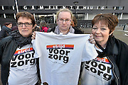Nederland, Oss, 5-2-2015 Medewerkers van thuiszorgorganisatie Pantein en Thebe voeren actie bij het gemeentehuis van Oss. Per 1 februari zouden namelijk alle medewerkers van de twee failliete zorginstellingen moeten zijn overgenomen door andere zorgorganisaties.Bij hen is onderhandelaar van FNV, AbvaKabo, Karim Skalli.De huishoudelijke hulpen worden nieuwe contracten voorgehouden die qua uren en salaris aanzienlijk ongunstiger zijn.FOTO: FLIP FRANSSEN/ HOLLANDSE HOOGTE