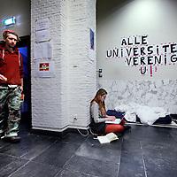 Nederland, Amsterdam , 10 maart 2015.<br /> Bezetting van het Maagdenhuis.<br /> Het bestuur van de UvA stuurt niet langer aan op ontruiming van het door studenten bezette Maagdenhuis. Daarmee lijkt de angel uit het verzet te zijn getrokken.<br /> Van een ontruiming van het Maagdenhuis is op korte termijn geen sprake. 'We merken dat er vruchtbare discussies plaatsvinden en dat er inspirerende bijeenkomsten worden georganiseerd,' aldus Yasha Lange, woordvoerder van de UvA. 'Als plaats voor debat gaat het goed, maar we hebben wel zorgen over het beheer en de veiligheid.<br /> De roep om het aftreden van het College van Bestuur (CvB), die op de avond van de bezetting vorige week woensdag nog zo luid en massaal klonk, hoor je nauwelijks meer. Sterker nog, voorzitter Gunning loopt inmiddels rond in het Maagdenhuis alsof ze onderdeel uitmaakt van de actie.<br /> Onderwijl houden de bezetters zich bezig met vergaderingen, veelal in het Engels vanwege de deelname van een handjevol internationale studenten, lezingen, de opvang van verdwaalde politici en af en toe wat spontane muzikale gastoptredens. De studenten hebben woensdag tot nationale actiedag uitgeroepen. Het is de bedoeling dat op die dag op zoveel mogelijk universiteiten wordt geprotesteerd voor meer democratie en inspraak van studenten op hun eigen hogescholen.<br /> Foto:Jean-Pierre Jans