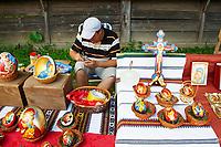 Roumanie, region de la Bucovine, monastere de Humor, l'artiste Irinel Parasca peint des representations religieuses sur des oeufs d'oie. // Romania, Bucovine, Humor monastery, the artist Irinel Parasca painting goose egg.