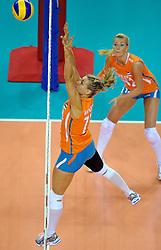 18-09-2011 VOLLEYBAL: DELA TROPHY NEDERLAND - TURKIJE: ALMERE<br /> Nederland wint met 3-0 van Turkije en wint hierdoor de DELA Trophy / Caroline Wensink, Laura Dijkema<br /> ©2011-FotoHoogendoorn.nl