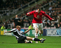Fotball<br /> Premier League 2004/05<br /> Newcastle v Manchester United<br /> 14. november 2004<br /> Foto: Digitalsport<br /> NORWAY ONLY<br /> Newcastle's Nicky Butt (L) slides in to disposess Manchester United's Wayne Rooney (R)
