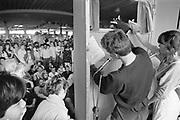Nederland, Zevenaar, mei 1985 Reportage over een eindexamenklas van het Liemers college voor een special in het het universiteitsblad KUnieuws . De klas wordty gevolgd vanaf het schriftelijk examen, eindexamen, tot het eindexamenfeest en het zoeken naar woonruimte in bijvoorbeeld nijmegen . Op de laatste schooldag wordt het lesgeven in de war geschopt en moeten de leraren een dag van satirisch cabaret en theater door de eindexamenleelingen ondergaan . Op stelten gezet . Poppenkast .Foto: Flip Franssen