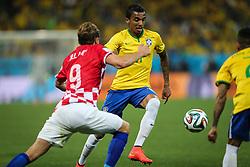 L Gustavo disputa bola contra a Croácia na estréia da Copa do Mundo 2014, na Arena Corinthians, em São Paulo. FOTO: Jefferson Bernardes/ Agência Preview