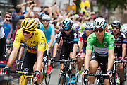 Het peloton rijdt door de Zadelstraat met voorop klassementsleider Rohan Dennis in de gele trui. In Utrecht is de tweede etappe vanTour de France van start gegaan.<br /> <br /> The riders pass the Zadelstraat with leader Rohan Dennis in the yellow jersey. In Utrecht the second stage of the Tour de France has started