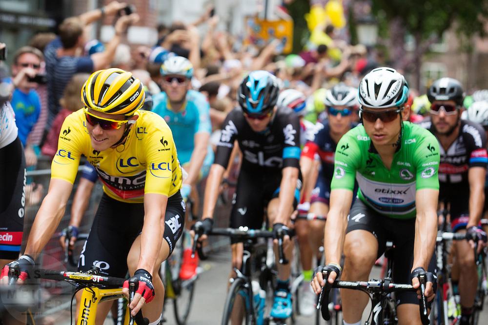 Het peloton rijdt door de Zadelstraat met voorop klassementsleider Rohan Dennis in de gele trui. In Utrecht is de tweede etappe vanTour de France van start gegaan.<br /> <br /> The riders pass the Zadelstraat with leader Rohan Dennis in the yellow jersey. In Utrecht the second stage of the Tour de France has started