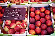 Nectarines op provençaalse markt in Aups, Frankrijk - Nectarines at provençal market in Aups, France