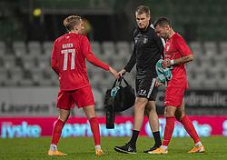 En skadet David Boysen (FC Helsingør) forlader banen, hjulpet af fysisk træner Tobias W. Jørgensen, under kampen i 1. Division mellem Viborg FF og FC Helsingør den 30. oktober 2020 på Energi Viborg Arena (Foto: Claus Birch).