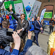 NLD/Tilburg/20170427- Koningsdag 2017, Koning Wilem Alexander en Prinses Amalia schudden handen van publiek