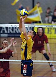 06-04-2005 VOLLEYBAL: PIET ZOOMERS D-OMNIWORLD: APELDOORN<br /> <br /> De finale van de strijd om de landstitel gaat tussen ORTEC.Nesselande en Piet Zoomers/D. De ploeg uit Apeldoorn won woensdagavond de vierde wedstrijd van de halve finale met 3-0 (25-21, 26-24, 26-24) en heeft deze best-of-five nu gewonnen - Kars van Tarel<br /> <br /> ©2005-WWW.FOTOHOOGENDOORN.NL