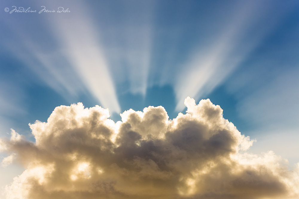 Beautiful sun rays behind the clouds / cl040