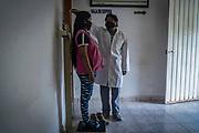 El doctor Sibalauhms Díaz Miranda atiende a una mujer embarazada en una clínica del municipio Coyuca de Catalán, del estado de Guerrero. Por más de diez años ha permanecido en el lugar y se ha planteado trabajar en otra comunidad que no esté aislada por la violencia. Es el único doctor en una región donde el hospital más cercano está a más de 5 horas, lo detiene su preocupación de dejar sin servicios de salud a las personas del pueblo.