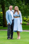 Zomerfotosessie 2020 bij Paleis Huis ten Bosch in Den Haag<br /> <br /> Summer photo session 2020 at Palace Huis ten Bosch in The Hague<br /> <br /> Op de foto / On the photo:  Koning Willem-Alexander en prinses Amalia<br /> <br /> King William Alexander and  Princess Amalia