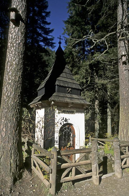 Kapliczka w Starych Kościeliskach (Dolina Kościeliska), Tatry Zachodnie, Polska<br /> A shrine in Kościeliska Valley, West Tatra Mountains, Poland