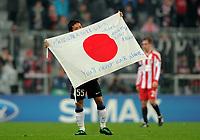 Fotball<br /> Tyskland<br /> 15.03.2011<br /> Foto: Witters/Digitalsport<br /> NORWAY ONLY<br /> <br /> Schlussjubel Yuto Nagatomo (Inter) mit japanischer Fahne, Gedenken an die Erdbeben-Opfer von Japan<br /> <br /> Champions League, Achtelfinale Rueckspiel, FC Bayern München - Inter Milan 2:3