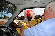 Een Zuid Afrikaan koopt een voetbalshirt van een straatverkoper tijdens het WK in Zuid Afrika