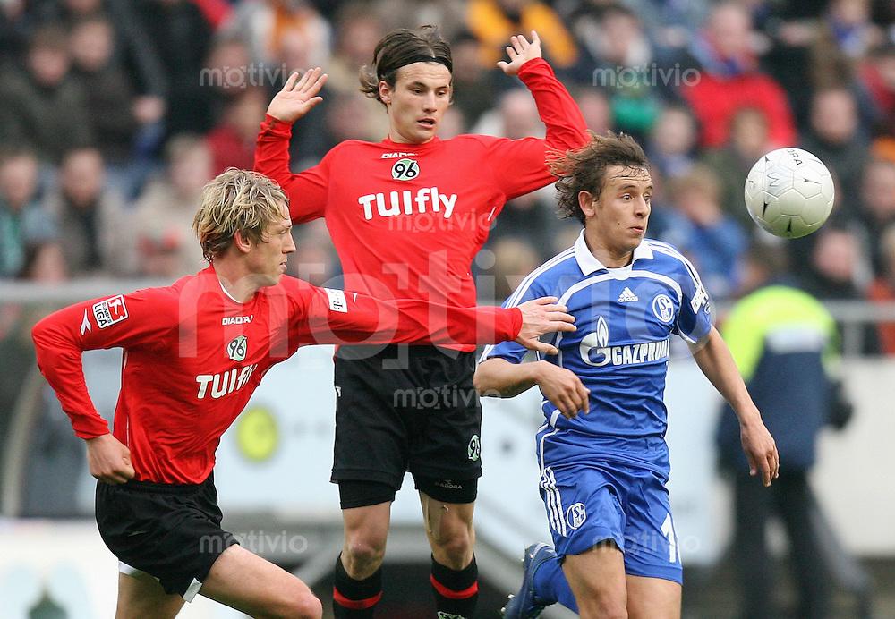 Fussball   1. Bundesliga   Saison 2006/2007   25. Spieltag Hannover 96 - FC Schalke 04                  Frank FAHRENHORST (li) und Szablocs HUSZTI (Mitte, beide Hannover) gegen den Schalker RAFINHA (re)
