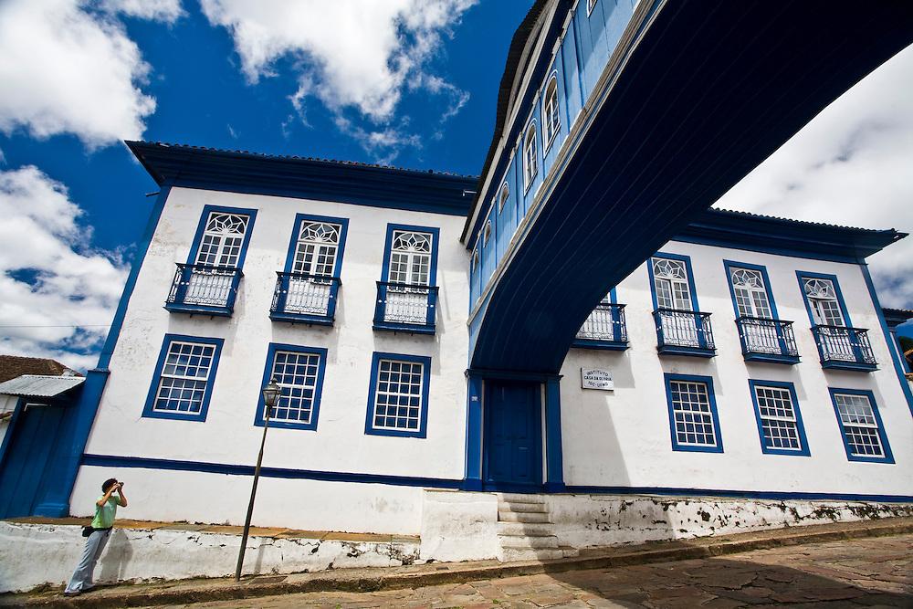 Diamantina_MG, Brasil...Casa da Gloria - Integrada por duas edificacoes dos séculos XVIII e XIX ligadas por um passadiço, ja abrigou o colégio das irmas vicentinas e hoje e sede do Centro de Geologia Eschwege, da UFMG. ..Casa da Gloria is actually a linked house made up of two houses connected by a blue passageway. Built in 1876, this passageway, Passadico da Gloria, best represents Diamantina on post cards. ..Foto: JOAO MARCOS ROSA /  NITRO