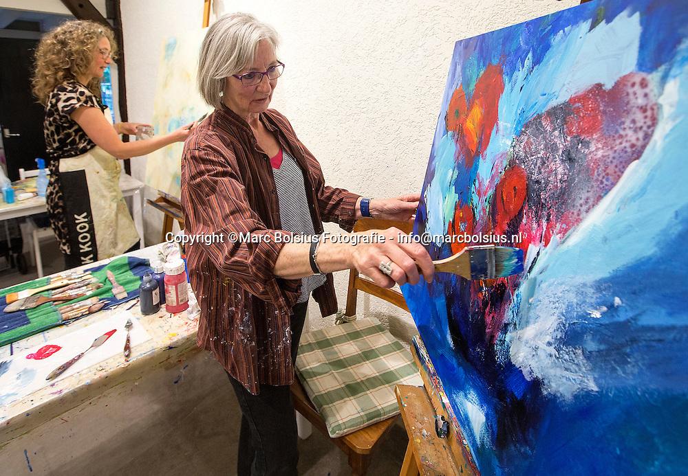 Nederland, Boxtel, schilderklasje onder leiding van Natalja van der Louw., links op de foto en rechts schilderent aan het blauwe doek Japke de Vries schilder,schilderen,tekening,tekenen,kunst,plezier,creatief