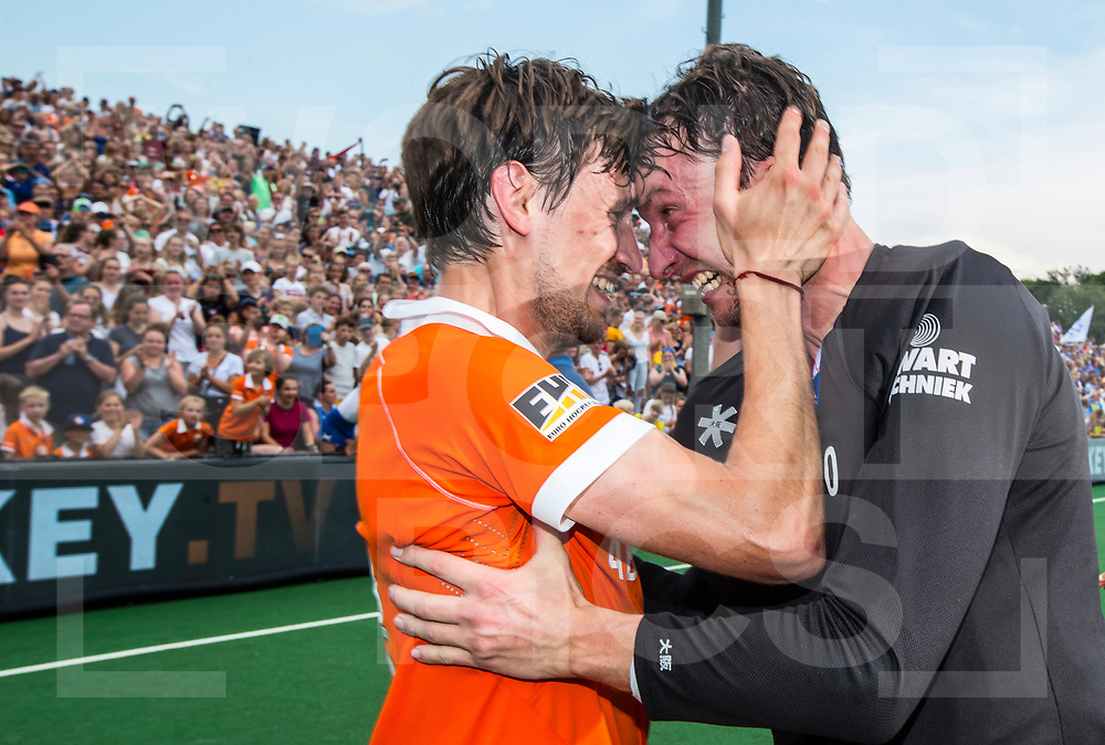 BLOEMENDAAL  - Titel voor Bloemendaal. vreugde bij Florian Fuchs (Bldaal)   en keeper Jaap Stockmann (Bldaal), die zijn laatste wedstrijd speelde.     EHL finale  Kampong-Bloemendaal  (2-8) .   COPYRIGHT  KOEN SUYK