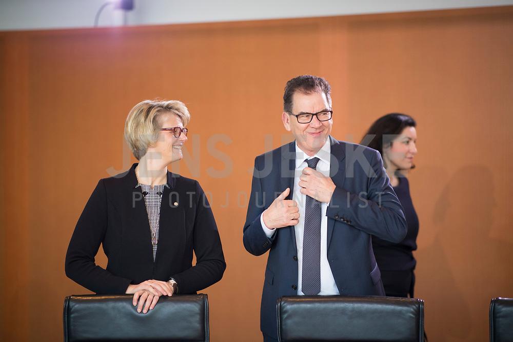 DEU, Deutschland, Germany, Berlin, 21.03.2018: Bundesbildungsministerin Anja Karliczek (CDU) und Bundesentwicklungshilfeminister Gerd Müller (CSU) vor Beginn der 2. Kabinettsitzung im Bundeskanzleramt.