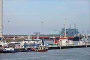 Nederland, Groningen, Eemshaven, 15-4-2015In de Eemshaven wordt door verschillende electriciteitsbedrijven stroom geproduceerd. Nuon, Vattenfall . Naast de traditionele centrales staat er ook een windmolenpark met ruim 90 molens.FOTO: FLIP FRANSSEN/ HOLLANDSE HOOGTE