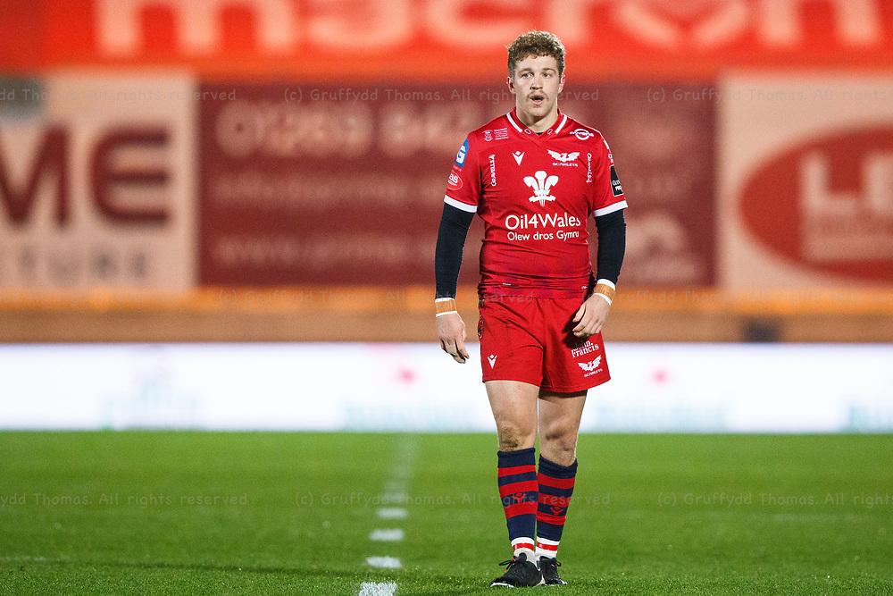 Llanelli, UK. 8 November, 2020.<br /> Scarlets fly half Angus O'Brien during the Scarlets v Zebre PRO14 Rugby Match.<br /> Credit: Gruffydd Thomas/Alamy Live News