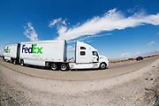 Een vrachtwagen van FedEx rijdt over een snelweg in de Amerikaanse staat Nevada.<br /> <br /> A truck of FedEx Ground is riding on a high way in Nevada.