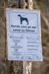 THEMENBILD - Deutsche Wanderin stirbt nach Kuh-Attacke, Landwirt muss mehr als 180.000 Euro bezahlen. Ein Gericht in Österreich sorgte mit seinem Urteil für Aufsehen. Die 45 Jahre alte Hundehalterin aus Rheinland-Pfalz war im Sommer 2014 im Tiroler Stubaital von der Kuhherde, die offenbar die Kälber vor dem Hund schützen wollte, zu Tode getrampelt worden. Hier im Bild: Hinweisschild der Gemeinde Maria Alm, Salzburg zur Leinenpflicht für Hunde im Almgebiet. Aufgenommen am Samstag, 23. März 2019, in Maria Alm // German wanderer dies after cow attack, farmer must pay more than 180,000 euros. With massive financial consequences has a farmer to fight, whose cow herd has trampled a German dog owner to death. A court in Austria caused a stir with his judgment. The 45-year-old dog owner from Rheinland-Pfalz was trampled to death in summer 2014 in the Tyrolean Stubai Valley by the herd of cattle, who apparently wanted to protect the calves from the dog. The woman had loud court the dog leash with a carabiner around the waist fixed. In the Picture: the sign of the community Maria Alm, Salzburg to leash for dogs in the pasture area. Pictured on Saturday, March 23, 2019, Maria Alm, Salzburg. EXPA Pictures © 2019, PhotoCredit: EXPA/ Johann Groder