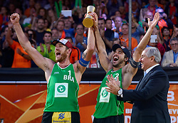 20150705 NED: WK Beachvolleybal day 10, Den Haag<br /> Wereldkampioenen Alison Cerutti #1 en Bruno Oscar Schmidt #2, FIVB President Dr. Ary S. Graca